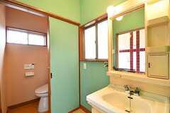 水まわり設備の様子。左手からトイレ、洗面台です。洗面台の対面がバスルームです。(2017-03-13,共用部,OTHER,1F)