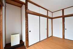 専有部の様子2。床の間に暖房器具が置かれています。(102号室)(2017-03-13,専有部,ROOM,1F)