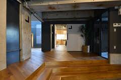 ラウンジから見たキッチンの入り口。(2016-12-22,共用部,LIVINGROOM,1F)