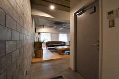 リビングの様子。右手のドアは管理用の部屋です。(2016-12-22,共用部,LIVINGROOM,1F)