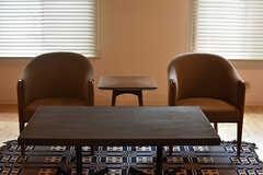 座ると視線が低くなる家具が置かれています。(2016-12-22,共用部,LIVINGROOM,1F)