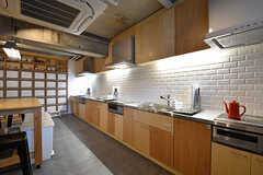 キッチンの様子。壁はタイル張りです。(2016-12-22,共用部,KITCHEN,1F)