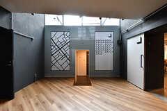 エレベーターホールの壁には周辺地図が描かれたシェアマップと、入居者さんが専有部ごとに使える連絡ボードが設置されています。真ん中の開口部からはランドリーとトイレにアクセスできます。(2016-12-22,共用部,OTHER,1F)
