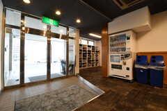 内部から見た玄関の様子。玄関周辺に自動販売機が設置されています。(2019-02-19,周辺環境,ENTRANCE,1F)