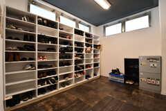 靴箱の様子。靴箱は専有部ごとにスペースが用意されています。靴箱の対面に郵便受けが設置されています。(2019-02-19,周辺環境,ENTRANCE,1F)