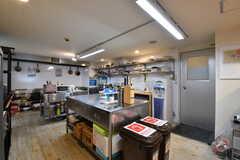 キッチンの様子。シンクが2箇所、IHヒーターが6箇所設置されています。(2019-02-19,共用部,KITCHEN,1F)