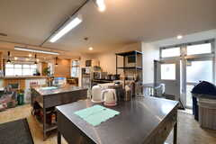 作業台が2箇所設置されています。奥は収納スペースです。(2019-02-19,共用部,KITCHEN,1F)