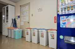 ゴミ箱の様子。(2010-04-14,共用部,LIVINGROOM,1F)