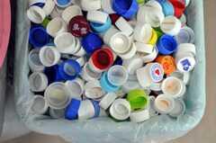 ペットボトルのキャップを集めてチャリティに寄付しています2。(2010-04-14,共用部,LIVINGROOM,1F)