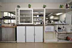 食器棚とキッチン家電の様子。(2010-04-14,共用部,LIVINGROOM,1F)