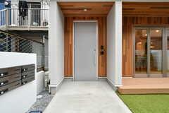 玄関ドアの様子。(2020-12-03,周辺環境,ENTRANCE,1F)