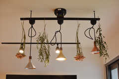 照明にはドライフラワーが飾られています。(2020-12-03,共用部,LIVINGROOM,1F)