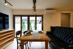 リビングの様子5。テーブルは伸縮式で、全員同時に座ることもできます。(2020-12-03,共用部,LIVINGROOM,1F)