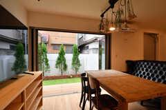 折戸式のドアを開けると、庭に出られます。(2020-12-03,共用部,LIVINGROOM,1F)