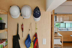 壁面は有孔ボードでヘルメットなどが掛けられています。(2020-07-22,共用部,OTHER,1F)