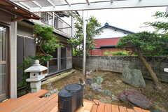 薪ストーブの様子。庭は家庭菜園として利用できるそう。(2020-07-22,共用部,OTHER,1F)