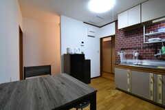 収納棚の対面にも、冷蔵庫が設置されています。(2018-10-16,共用部,KITCHEN,1F)