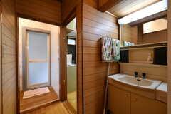 廊下には洗面台が設置されています。左手はバスルームです。(2018-10-16,共用部,WASHSTAND,1F)