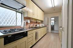 キッチンの様子2。奥にはランドリールームがあります。(2020-01-27,共用部,KITCHEN,1F)