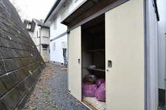 建物の裏手にゴミ置き場があります。ゴミを置いておくと、管理人であるオーナーさんが捨ててくれるそう。(2020-01-27,共用部,GARAGE,1F)