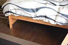 ベッドに高さがあるので、ベッド下にも収納ができます。(202号室)(2015-10-19,専有部,ROOM,2F)