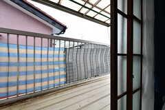 ベランダの様子。一部、屋根付きです。(202号室)(2019-08-22,専有部,ROOM,2F)