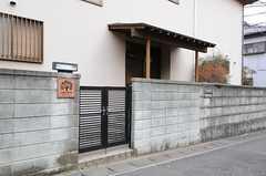 門扉の様子。(2012-02-01,周辺環境,ENTRANCE,1F)