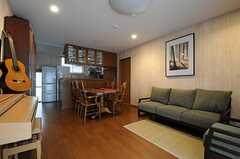 リビングの様子。奥にキッチンが見えます。(2012-02-01,共用部,LIVINGROOM,1F)