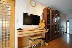 電子ピアノの上にTVが設置されています。ギターもあります。(2012-02-01,共用部,LIVINGROOM,1F)