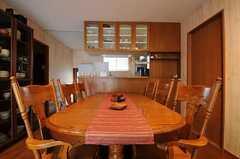 ダイニングテーブルの様子。雰囲気ある椅子が並んでいます。(2012-02-01,共用部,LIVINGROOM,1F)