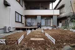 庭からシェアハウスを見るとこんな感じ。(2012-02-01,共用部,OTHER,1F)