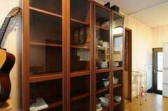 ピアノの脇に置かれた食器棚の様子。(2012-02-01,共用部,OTHER,1F)