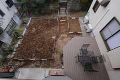 ベランダから見た菜園の様子。(2012-02-01,共用部,OTHER,2F)