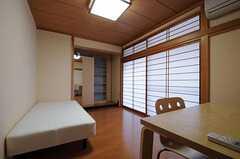 専有部の様子。障子の掃き出し窓からはベランダに出られます。(205号室)(2012-02-01,専有部,ROOM,2F)