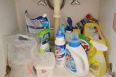 洗面台の下は、洗剤が収納されています。洗剤は事業者さんが定期的に補充してくれるとのこと。(2016-11-28,共用部,OTHER,1F)