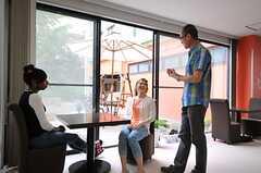 バイリンガルの管理人さんが、入居者さんを繋いでくれます。はじめは英語が話せなくても大丈夫。(2013-05-10,共用部,PARTY,1F)