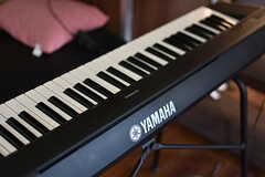 電子ピアノはヤマハ製。入居者さんんもよく弾いているそうです。(2018-06-18,共用部,LIVINGROOM,1F)