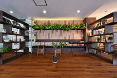 両サイドには本棚が設置されています。(2018-06-18,共用部,LIVINGROOM,1F)
