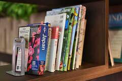 旅行本や英語の本が並んでいます。(2018-06-18,共用部,LIVINGROOM,1F)