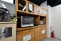 食器棚の様子。オーブンレンジとトースターが設置されています。(2018-06-18,共用部,KITCHEN,1F)