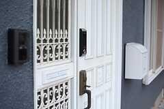 ドアの鍵は、ナンバー式のオートロック。(2015-12-02,周辺環境,ENTRANCE,1F)