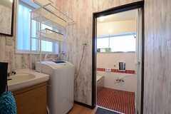 脱衣室には洗面台と洗濯機が設置されています。(2015-12-02,共用部,BATH,1F)