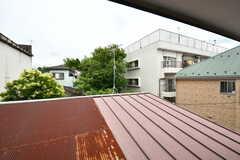 窓の外は隣家の屋根。視線がありません。(205号室)(2020-06-23,専有部,ROOM,2F)
