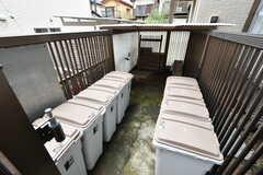 玄関横には部屋ごとに使えるゴミ箱が設置されています。(2020-06-23,共用部,OTHER,1F)