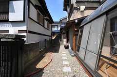 正面玄関までのアプローチ。左手に花壇があります。(2012-08-28,共用部,OTHER,1F)