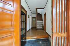 正面玄関から見た内部の様子。階段脇のドアがリビング、正面奥に水まわり設備が並んでいます。(2012-08-28,周辺環境,ENTRANCE,1F)