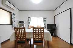 正面の掃き出し窓から、ベランダのサンルームに出られます。(2012-08-28,共用部,LIVINGROOM,1F)
