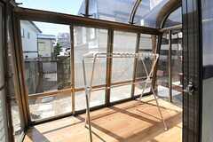 サンルームの様子。物干しもできます。(2012-08-28,共用部,OTHER,1F)