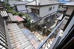 窓から見た玄関前の様子。(202号室)(2012-08-28,専有部,ROOM,2F)