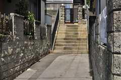 玄関へ続く階段前が駐輪場です。屋根を取り付ける予定だとか。(2012-08-28,共用部,GARAGE,1F)